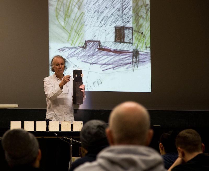 Pierre Hebbelinck stellt seine Modelle vor