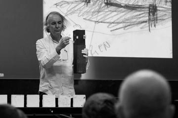 Pierre Hebbelinck beim Vortrag