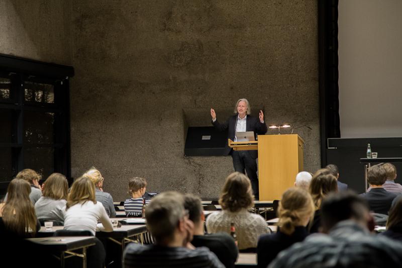 Prof. Axel Sowa im Karl-Schüssler-Saal der TH Köln